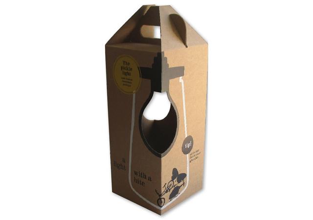 Bedrukte doosje van golfkarton met handvat en venster voor lamp met zweedse bodem 145x145x325 mm fefco 0217