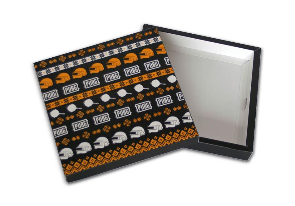 Bedrukte brievnbuspakjes met los deksel met 1 cm rand. Binnenmaat 158x160x25 mm, buitenmaat 178 x 180 x 25 mm. De bodem is te gebruiken voor een schuifdoos.